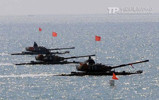 资料图:我军水陆两栖坦克在某海域进行海上战斗射击演练。