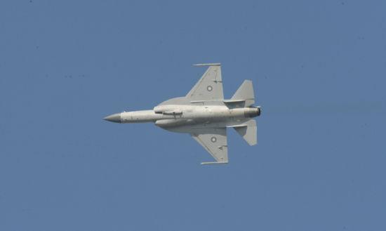 """巴基斯坦飞行员驾驶的""""JF-17""""""""枭龙""""战斗机进行飞行表演。"""