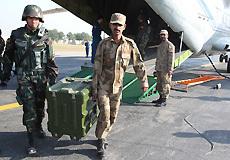 巴方人员协助中方人员搬运物资