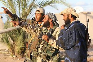 利比亚反对派武装人员正在与政府军作战