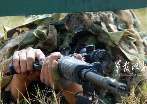 枪面旋转90度射击。资料图徐军刚摄