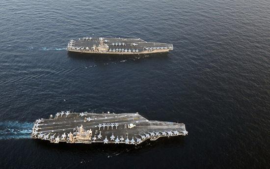 """资料图:1月19日,美国航空母舰""""林肯号""""与已在阿拉伯海上的美国航母""""卡尔‧文森号""""会师。"""