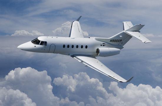 一名富翁每年时常乘坐私人飞机进出英国空域,在空中度过午夜,不为享受奢侈,只求避免纳税。   按照规定,每年在英国停留时间平均超过91天,需要纳税。   英国首相戴维卡梅伦的前助手莎拉萨瑟恩披露,一名支持执政党保守党的富翁有时乘喷气式飞机飞出去,半夜后飞回来,所以,就不算一整天。   媒体记者今年早些时候乔装改扮,在瑞士城市苏黎世与萨瑟恩吃饭,钓出这条消息。英国《每日邮报》9日援引萨瑟恩的话报道,那名富翁乘坐直升机前往英国首都伦敦以北的卢顿机场,换乘私人喷气式飞机,离开英国空域,在飞机内卧室睡