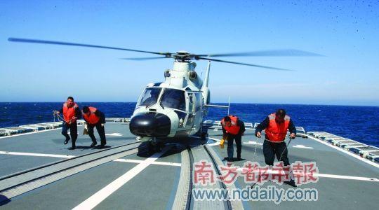 """昨日,中俄海上联合军演参演兵力包括5个海空兵力群,其中3个水面舰艇兵力群、1个潜艇兵力群、1个航空兵兵力群。参演舰艇20艘,飞机13架,直升机9架。这是直升机准备在中方""""哈尔滨""""舰飞行甲板上起飞。新华社发"""