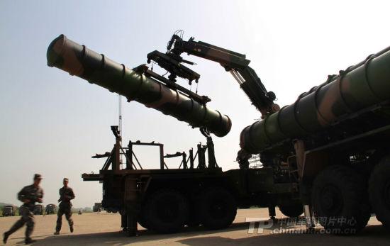 资料图:解放军部队装备的红旗-9防空导弹正在装弹中。