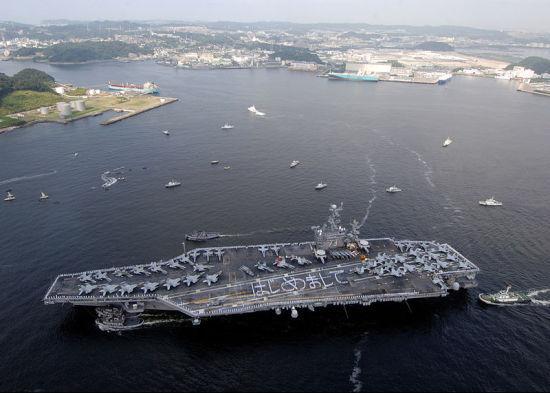 资料图:常驻横须贺的美国海军华盛顿号航母。