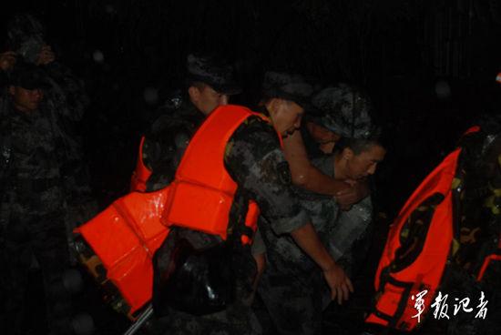 北京卫戍区某防化团解救转移被困群众。中国军网记者频道赵波摄影