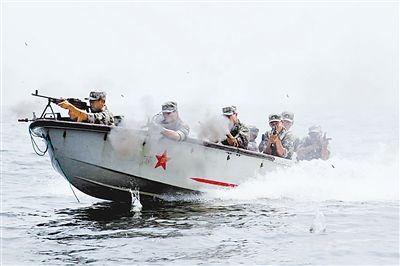上图:连队官兵乘冲锋舟演练抢滩登陆。李 东摄