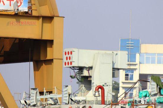 网友拍摄到的国产新型护卫舰上的防空武器系统(HSH论坛 百分之九十九 供图)