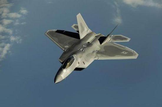 """他认为,随着冷战的结束,像F-22这样的高技术装备已失去了存在的必要性,其存在完全是一个""""昂贵的错误""""。"""