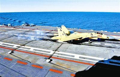 """图2:歼―15飞机在""""辽宁舰""""上起飞。本报特约记者 李 唐摄"""