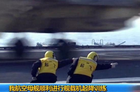 """""""航母style""""中,左侧那位身穿黄色夹克的指挥员就是沈意。"""