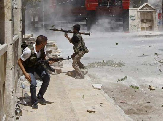 资料图:叙利亚自由军在街头巷战。