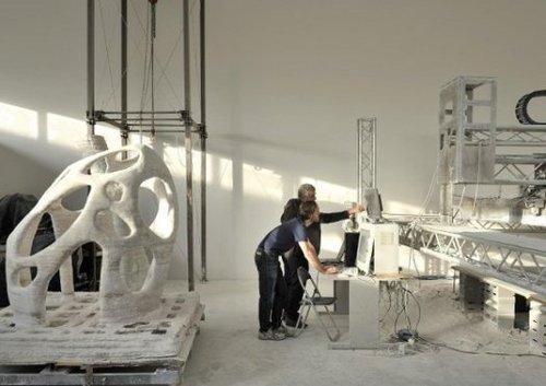 资料图:美国科研人员研究使用仿造的月球岩石制造可供3D打印机使用的材料,现场打印月球工程需要的零件。
