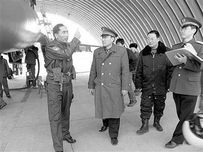完成训练弹研制后,黄教授专程来到一线部队,与飞行员交流训练弹训练情况。
