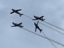 澳大利亚飞行队展示单机高速穿越编队特技