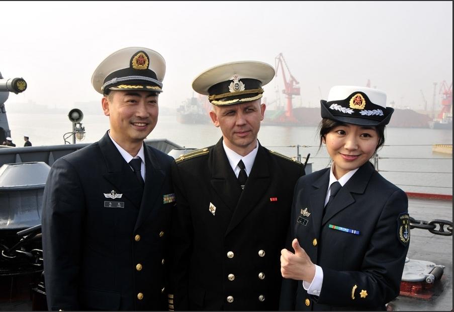 中国海军官兵登舰参观俄瓦良格号巡洋舰