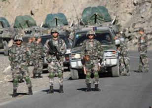 解放军参加上合军演部队过境吉尔吉斯斯坦