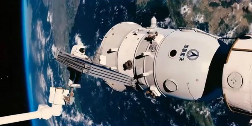 """《飞天》剧照:航天员出舱对""""问天""""一号飞船太阳能帆板进行更换"""