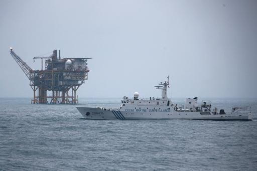油气平台附近的中国海监船。