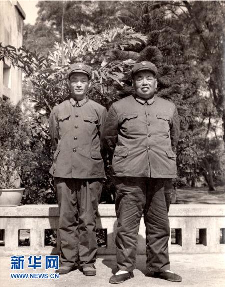 1977年与父亲许世友将军广州合影