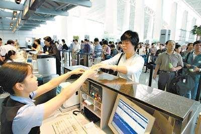 白云机场春运期间提前半小时至一个小时对外开放各个值机柜台。