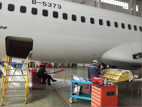 海航B5373飞机在机库进行飞行上网系统改装 (摄影:屈光)