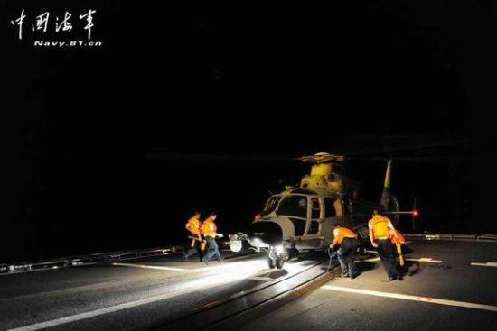 英媒认为,解放军最近军演中的变化意义重大。图为中国反潜直升机夜航太平洋。