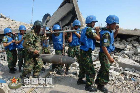 中国赴黎巴嫩维和工兵营官兵们排除未爆弹