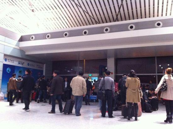 飞机备降后航班取消,乘客在机场等候。网友微博图片