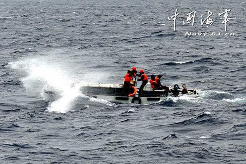官兵正在使用新型岛礁补给艇对渚碧礁实施物资补给,该艇加装了波浪补偿装置。