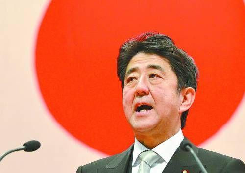 安倍17日在日本防卫大学发表演讲时称,日本将进一步加强防卫力量。新华社/法新