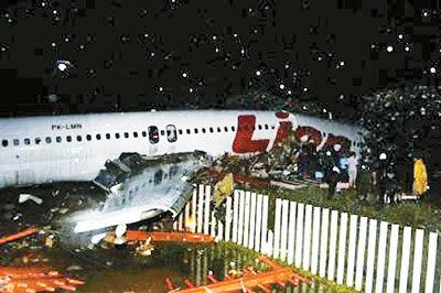 2004年11月30日,印度尼西亚狮航公司的一架麦道-82型客机当地时间18点14分在中爪哇省的梭罗市机场降落时冲出跑道,飞机断成两截