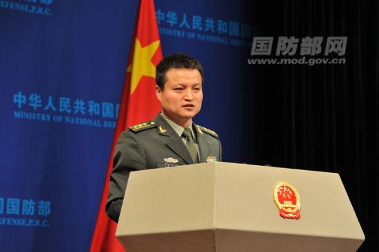 国防部新闻事务局副局长、国防部新闻发言人杨宇军上校回答记者提问。 夏露摄
