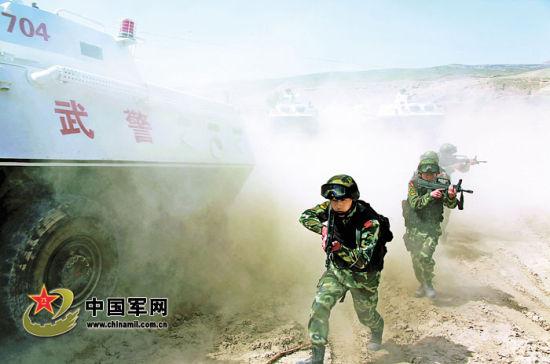 武警8663部队演练人车协同突击