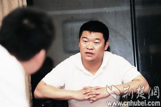 图为:飞行员李军接受本报记者采访 记者王永胜摄