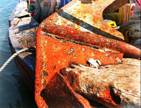 """越南渔船的铁锚被""""拍""""进了木头船体"""