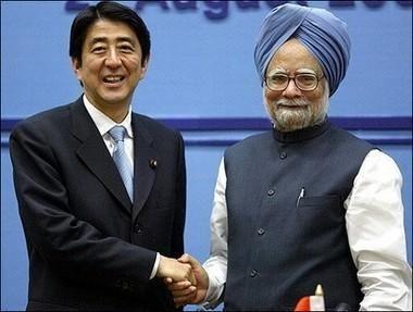 印度总理辛格(右)与日本首相安倍晋三(左)