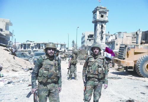 当地时间5日,叙政府军总司令部发表声明称已完全占领重镇古赛尔。图为叙士兵在古赛尔街头