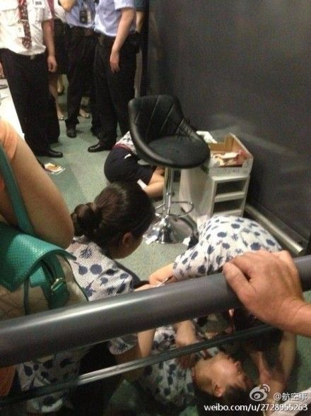 上海虹桥机场旅客因航班延误与工作人员发生冲突,将工作人员打伤在地。图片来自@航空事。