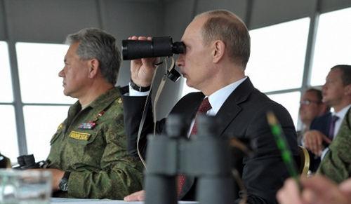 俄罗斯总统普京16日乘直升机来到萨哈林岛训练场,观摩了东部军区军事演习。