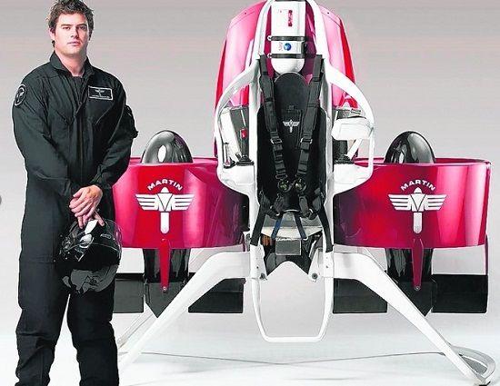 个人飞行器同真人一般高,由飞行者操控其上两把操作杆运作