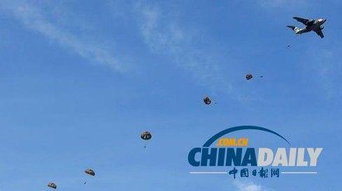 """日本号称""""王牌之师""""的陆上自卫队第一空降团在举行空降演习。(资料图片)"""