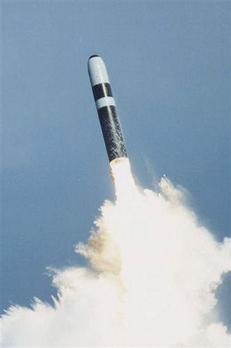 """英美""""三叉戟2""""弹长:13.9米弹重:37吨射程:11000公里弹头:8枚分导核弹头"""