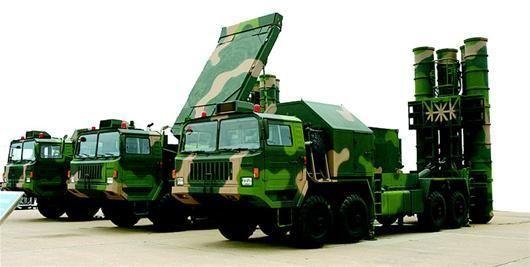 """中国""""红旗-9""""防空导弹。"""