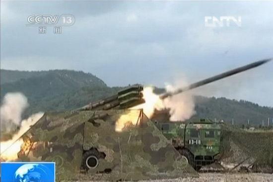 新型300毫米多管火箭炮进行实弹射击打击极限距离目标