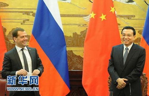 10月22日,国务院总理李克强在北京人民大会堂与俄罗斯总理梅德韦杰夫共同会见记者。 新华社记者刘建生摄