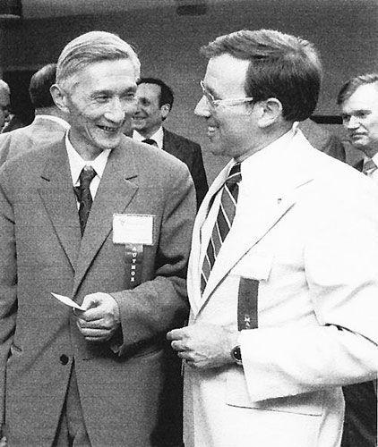 1980年国际雷达会议期间,大会主席罗伯特・希尔(右)会见张直中(科学报图片)