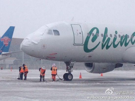 长水机场除雪进行时,机场计划关闭至今日13时