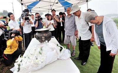 今年7月9日,韩国坡州市,3名朝鲜战争中国老兵访问韩国京畿道坡州市安葬阵亡的中国士兵的公墓。